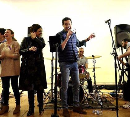 """Moreno muestra sus dotes como cantante tras una """"emotiva"""" visita a Alhaurín el Grande (Málaga), pueblo de sus padres"""