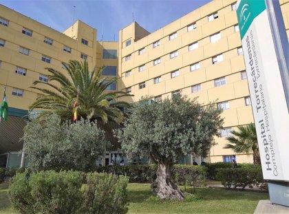 Dos heridos tras caer una chapa metálica de un centro comercial y otros dos por trozos de una fachada en Almería