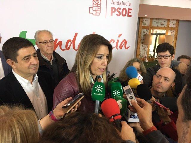 Susana Díaz atiende a los periodistas en la campaña electoral en Úbeda