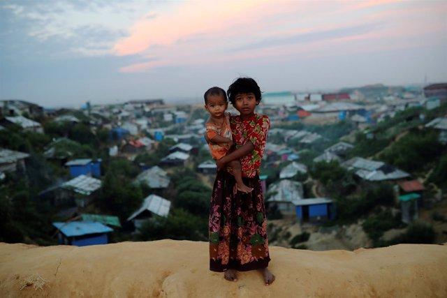 Dos niñas refugiadas rohingya en Bangladesh