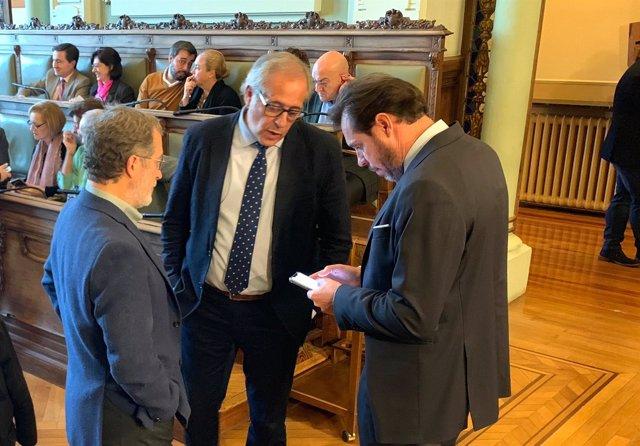 Manuel Saravia, Martínez Bermejo y Óscar Puente conversan antes del Pleno. 26-11