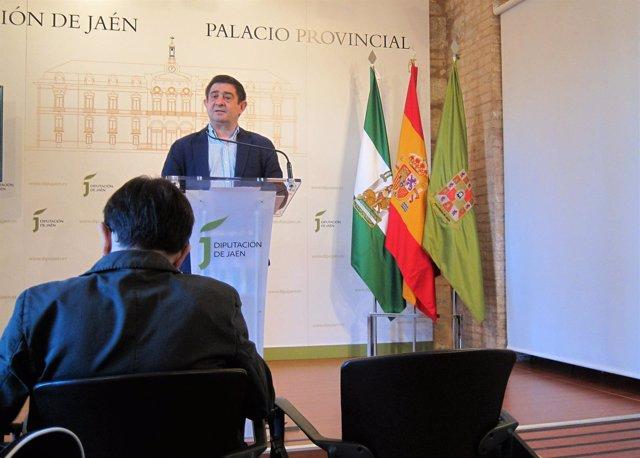 El presidente de la Diputación de Jaén, Francisco Reyes, en la rueda  de prensa.