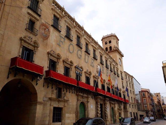 El Ayuntamiento engalanado por las Fogueres