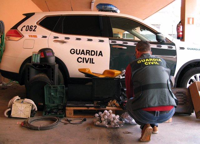 Un agente posa con el material sustraido en el robo