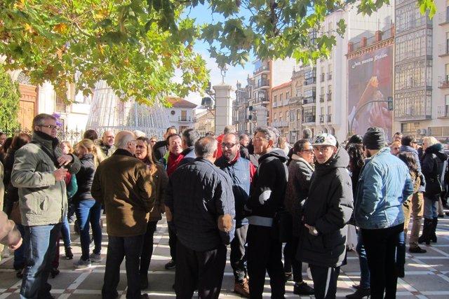 Participantes en la mnifestación esperan su inicio en la plaza de San Francisco.