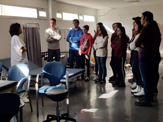 Alumnos durante su visita al Hospital Valle del Guadiato