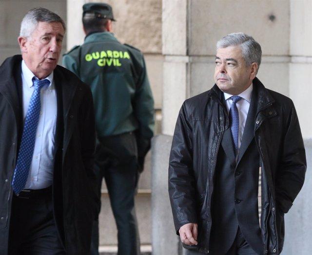 Agustín Barberá, junto a su abogado, Pedro Apalategui, en el juicio de los ERE