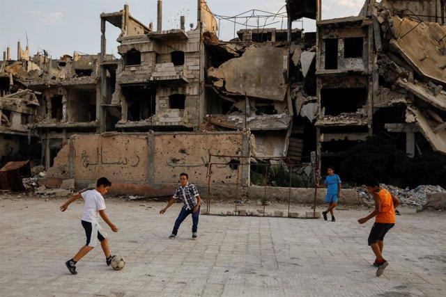 Niños jugando al fútbol en Damasco