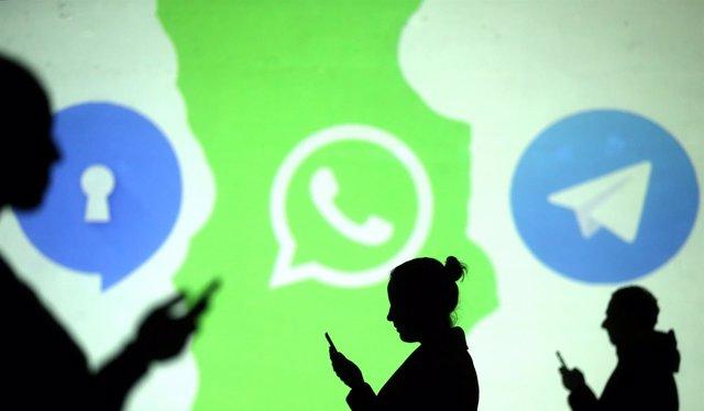 Usuarios de móvil con logos de Signal,  Whatsapp y Telegram