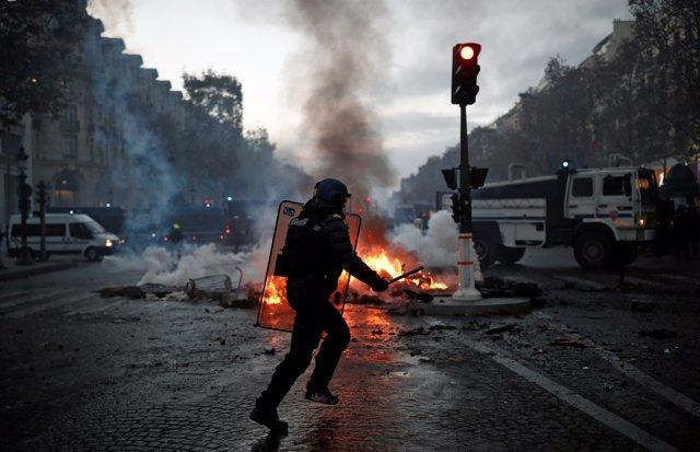 Policía durante la protesta de los 'chalecos amarillos' en París