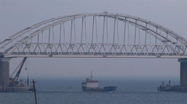 Un buque mercante pasa en el estrecho de Kerch