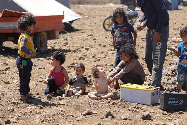 Niños desplazados por la ofensiva del Ejército sirio en Deraa
