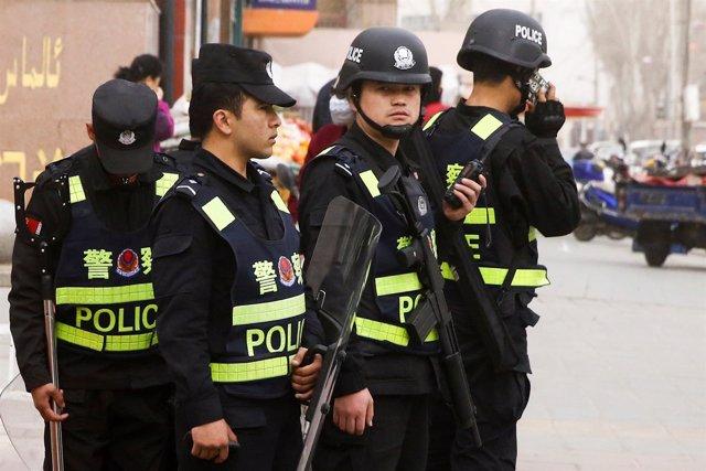 Policías chinos en la ciudad de Kashgar, en Xinjiang