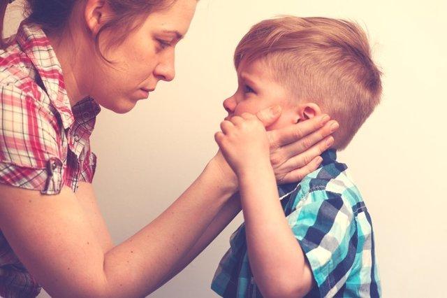 Madre e hijo hablando, discusión