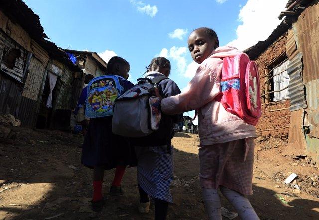 Niños con mochilas en el 'slum' de Kibera