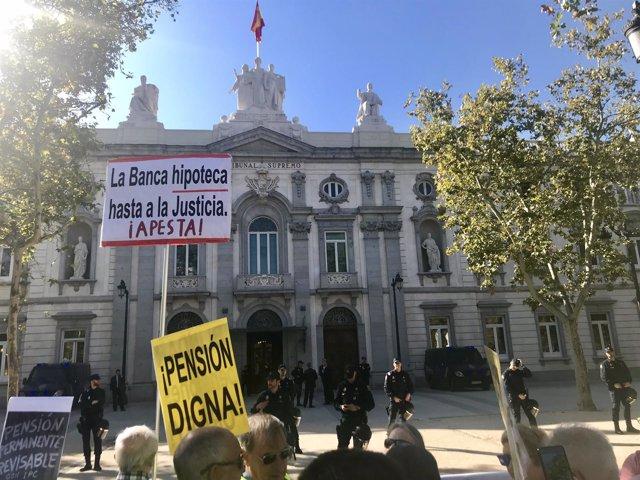 Pensionistas y miembros de la Plataforma de Afectados por la Hipoteca protestan
