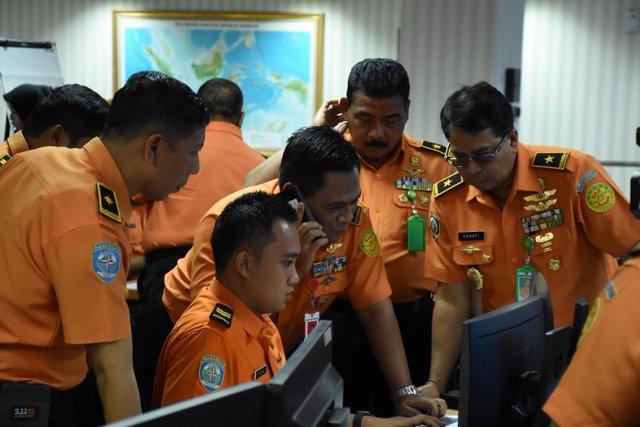 Personal de BASARNAS en el dispositivo de búsqueda de Lion Air