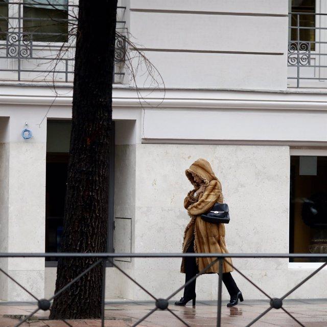 Una mujer camina por la calle un día de invierno