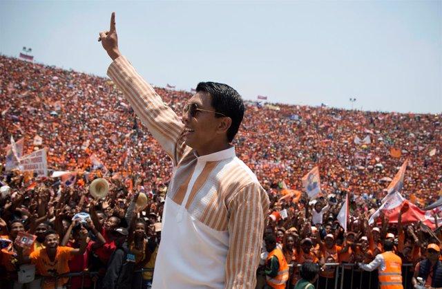 Andry Rajoelina saluda a sus seguidores en un mitin en Antananarivo