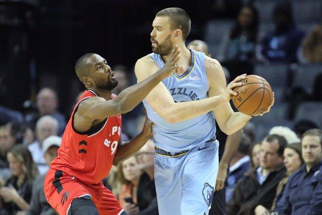 Serge Ibaka (Toronto Raptors) y Marc Gasol (Memphis Grizzlies)