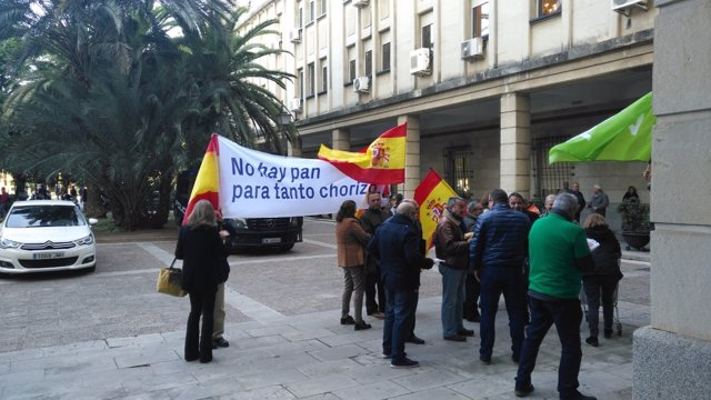 VOX protesta ante el juicio de los ERE con el lema No hay pan para tanto chorizo