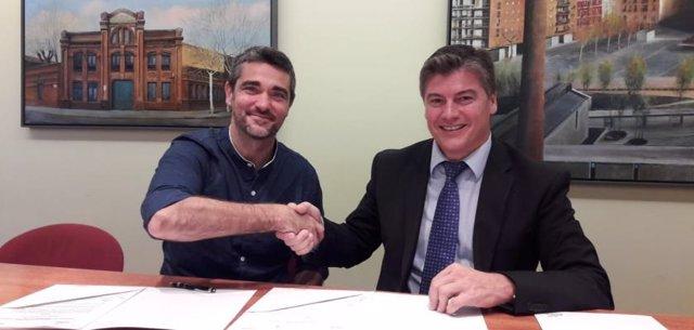 Àlex Puig (Alastria) i Antoni Cañete (Pimec), durant la signatura de l'acord