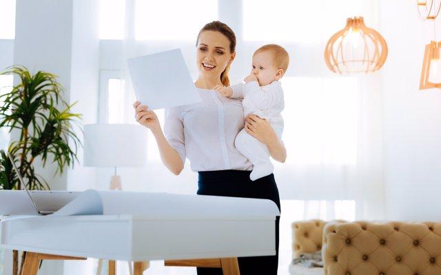 Cómo reclamar el IRPF por maternidad
