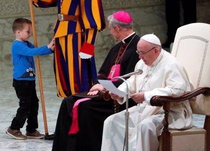 """Un niño argentino """"revoltoso"""" roba todas las miradas de la audiencia del papa Francisco"""