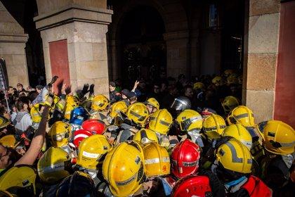 Cierran las puertas del Parlament ante las protestas de médicos y bomberos