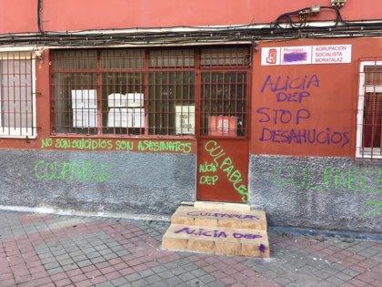 Aparecen pintadas en la sede del PSOE de Moratalaz acusando a los socialistas del suicidio de la mujer desahuciada