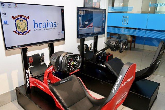 Uno de los simuladores de F-1 en el colegio Brains International School