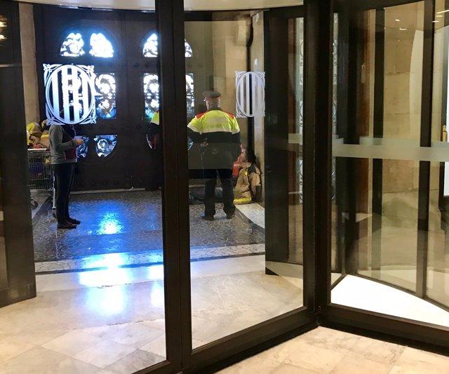 Bombero detenido en el interior del Parlament durante la manifestación