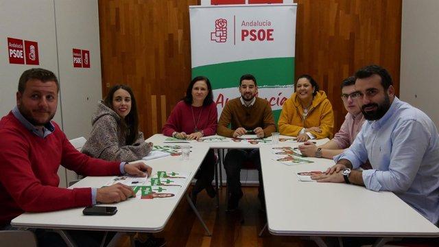 Reifs (centro, al fondo) y Vioque (izda.) en la sede del PSOE