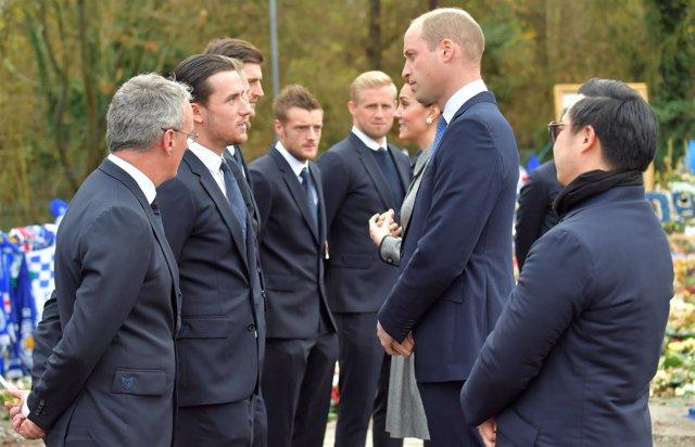 El Príncipe Guillermo visita a los jugadores del Leicester City