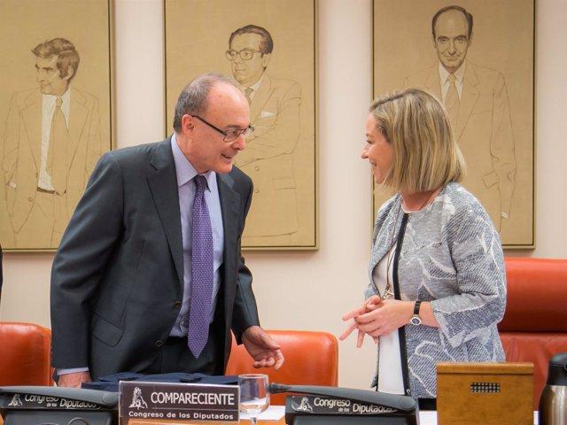 El gobernador del Banco de España, Luis María Linde, y la diputada Ana Oramas