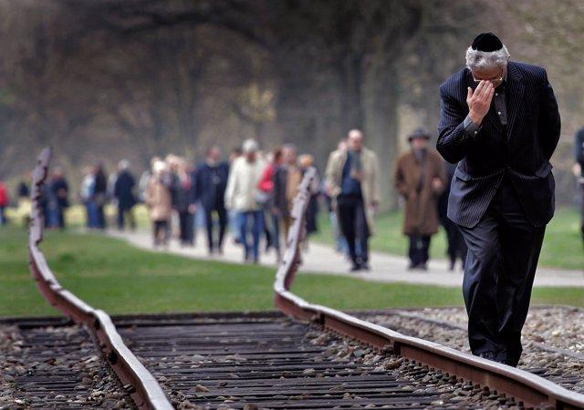 Vía de tren en el campo de tránsito de Westerbork, en Países Bajos