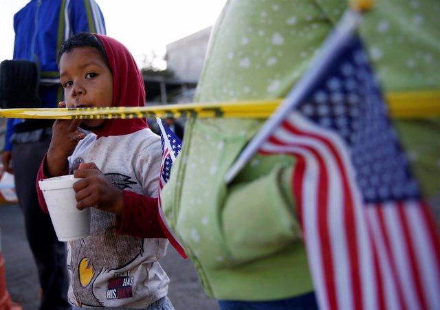 Niño migrante de Honduras en la frontera de México con Estados Unidos