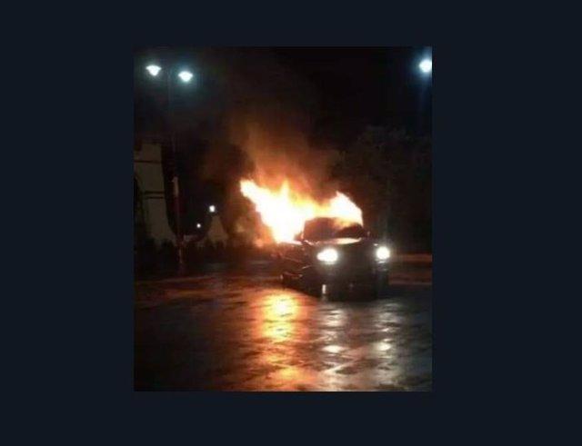 Los vecinos queman la furgoneta de los delincuentes