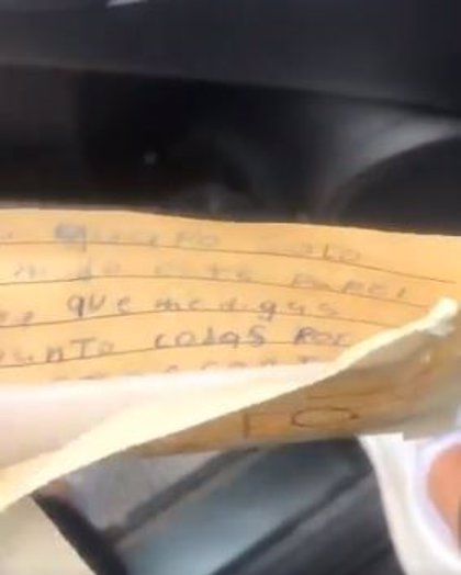 Una mexicana encuentra una carta ofensiva y una bolsa con semen encima de su coche, lo graba y lo denuncia en redes