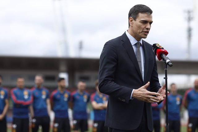 Pedro Sánchez visita a los jugadores de la selección de fútbol
