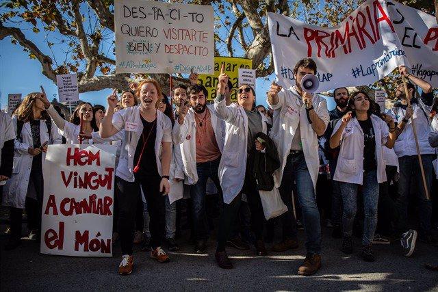 Sanitarios se manifiestan en Cataluña contra los recortes