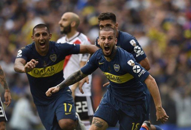 Los jugadores de Boca Juniors celebran un gol ante River