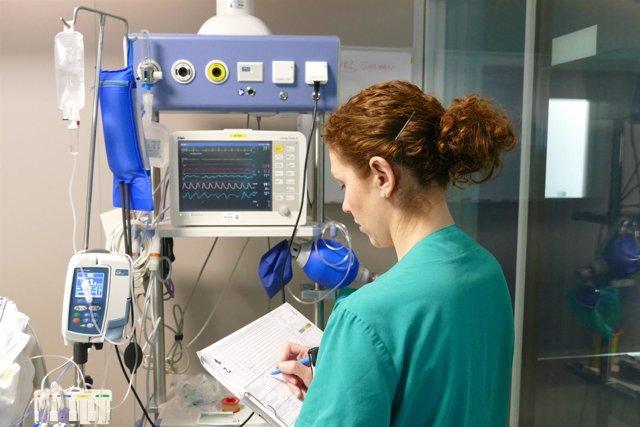 Una enfermera de UCI realiza la revisión del 'checklist'