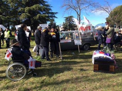 Las víctimas de la talidomida denuncian que el Gobierno quiere retener el IRPF de sus indemnizaciones