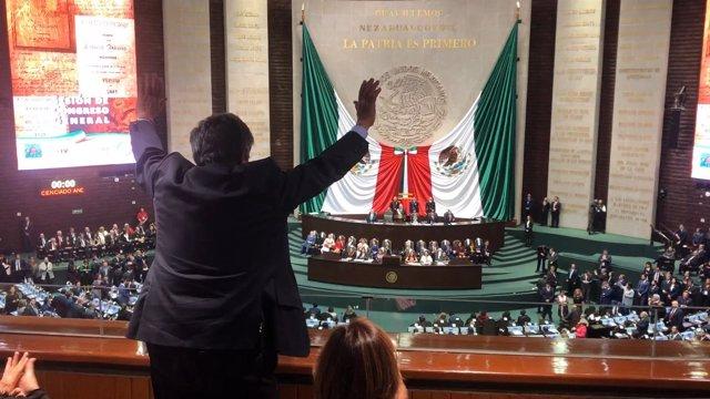 Revilla saluda a López Obrador en su toma de posesión