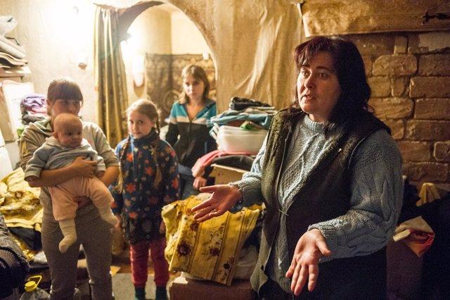 Familia afectada por el conflicto en el este de Ucrania