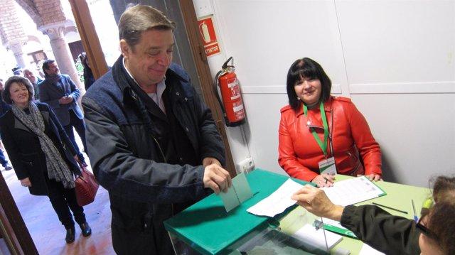 Luis Planas vota en presencia de Rafaela Valenzuela