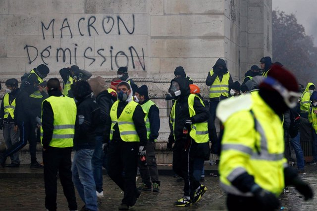 """Pintada de """"Macron dimisión"""" en las protestas de París"""