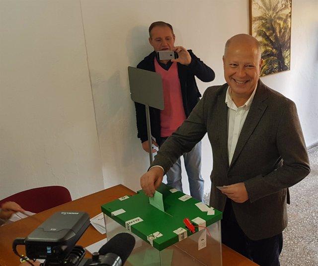 Javier Imbroda (Cs) vota en las elecciones andaluzas 2018