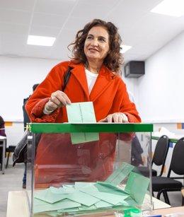 La ministra de Hacienda, María Jesús Montero, vota en las elecciones andaluzas